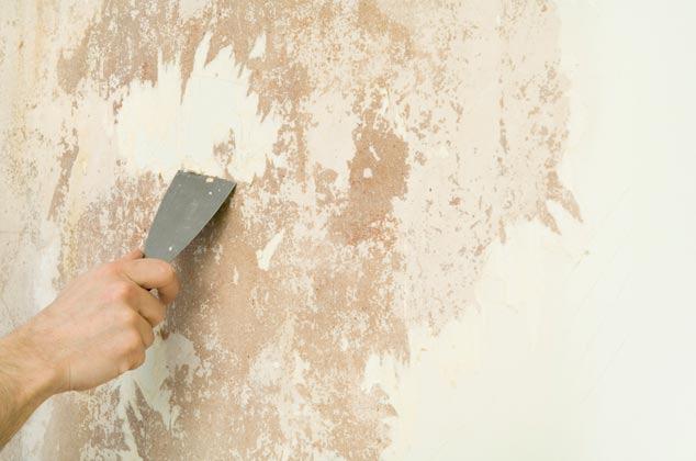 Loại bỏ lớp sơn cũ trên tường là điều đầu tiên trước khi sơn nước