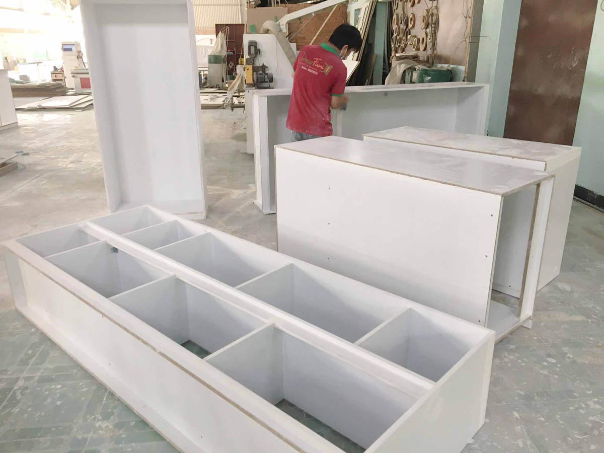 Hàng nội thất thiết kế bằng gỗ chất lượng tốt, bền, được bảo hành 12 tháng.