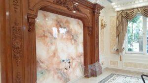 Lớp sơn giả đá cẩm thạch khiến ngôi nhà thêm sang trọng